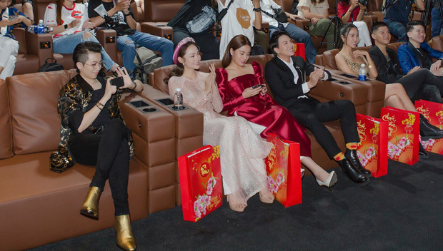 """Gil Lê và Hoàng Thùy Linh giữ khoảng cách khi cùng dự sự kiện nhưng vẫn để lộ """"dấu vết"""" chung - Ảnh 1."""