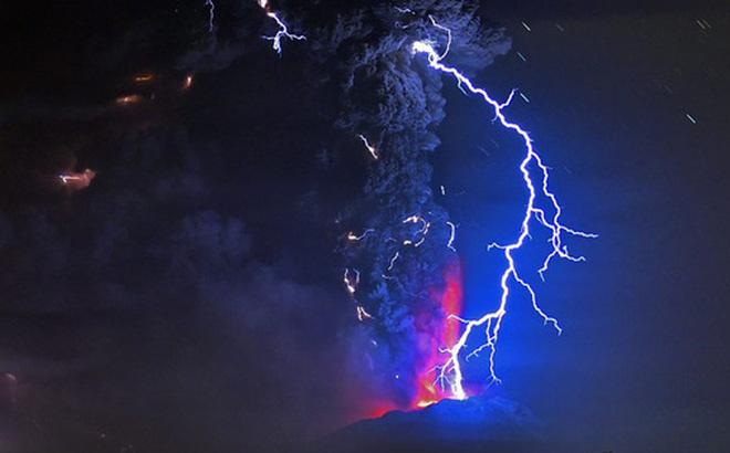 Làm thí nghiệm với 300kg tro bụi 13.000 năm tuổi, các nhà khoa học tìm hiểu lý do tại sao sét núi lửa hình thành - Ảnh 1.