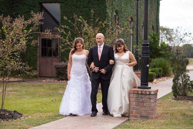 2 chị em bắt tay làm đám cưới giả: Tưởng là sự gian dối nhưng thực chất là hành động hiếu thuận đối với đấng sinh thành - Ảnh 1.
