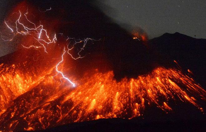 Làm thí nghiệm với 300kg tro bụi 13.000 năm tuổi, các nhà khoa học tìm hiểu lý do tại sao sét núi lửa hình thành - Ảnh 4.