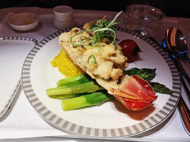 Nhìn phát thèm với suất ăn của các hãng bay trên thế giới, có hãng còn phục vụ cả tôm hùm hoành tráng như nhà hàng 5 sao - Ảnh 8.