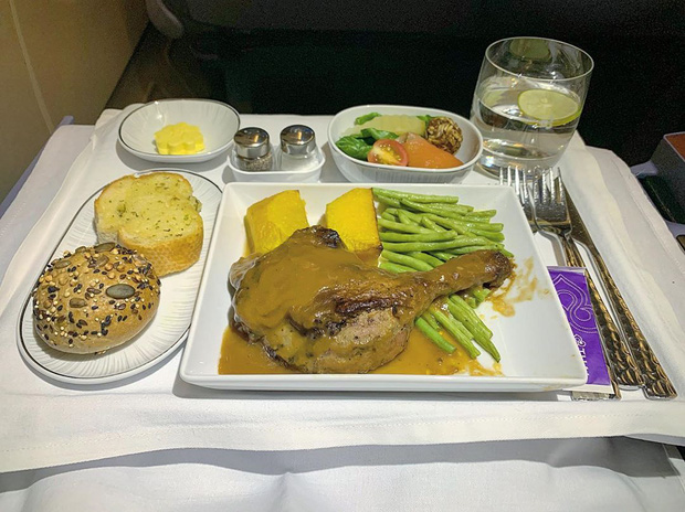 Nhìn phát thèm với suất ăn của các hãng bay trên thế giới, có hãng còn phục vụ cả tôm hùm hoành tráng như nhà hàng 5 sao - Ảnh 9.