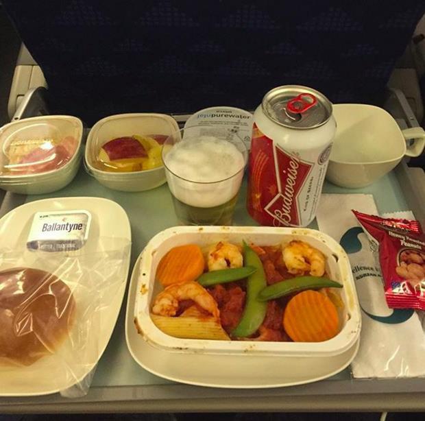 Nhìn phát thèm với suất ăn của các hãng bay trên thế giới, có hãng còn phục vụ cả tôm hùm hoành tráng như nhà hàng 5 sao - Ảnh 10.