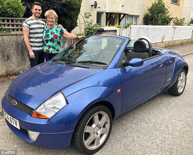 Mẹ cắn răng bán chiếc ô tô yêu quý giúp con trai lập nghiệp, 12 năm sau bà bật khóc trước món quà báo hiếu của anh - Ảnh 1.