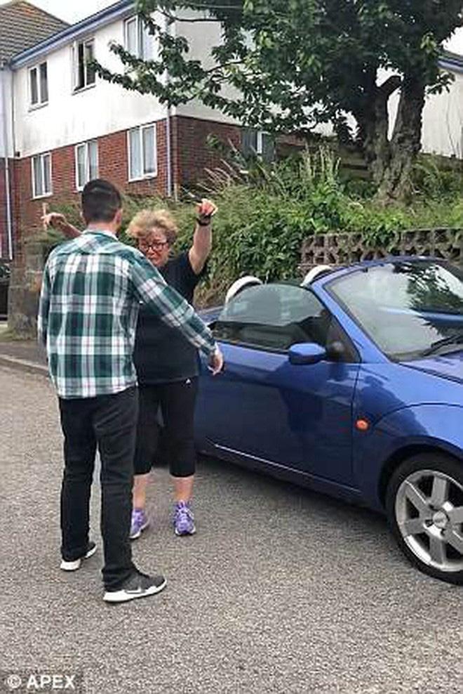 Mẹ cắn răng bán chiếc ô tô yêu quý giúp con trai lập nghiệp, 12 năm sau bà bật khóc trước món quà báo hiếu của anh - Ảnh 2.