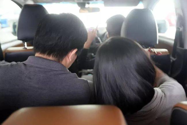Thấy 2 vị hành khách thân mật quá mức ở băng ghế sau, nữ tài xế lái xe chở cặp đôi đến đồn cảnh sát tố cáo rồi nhận về sự bẽ bàng - Ảnh 1.