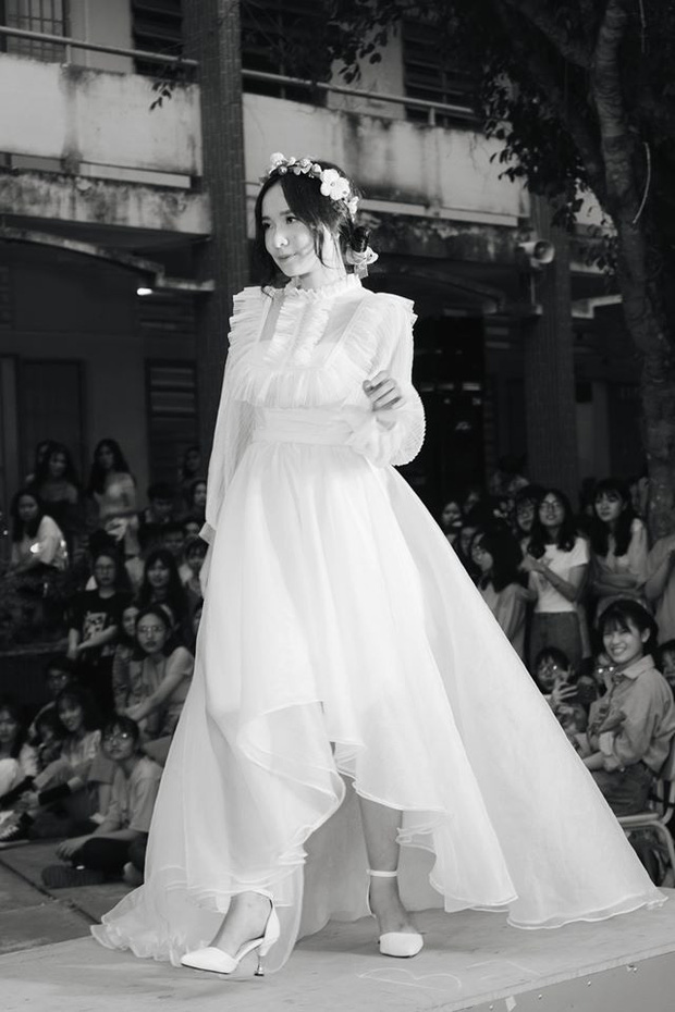 Diện váy trắng thi văn nghệ, nữ sinh Long An gây sốt với nhan sắc được ví như 'thần tiên tỉ tỉ' khiến cả trai lẫn gái đều mê tít - ảnh 1