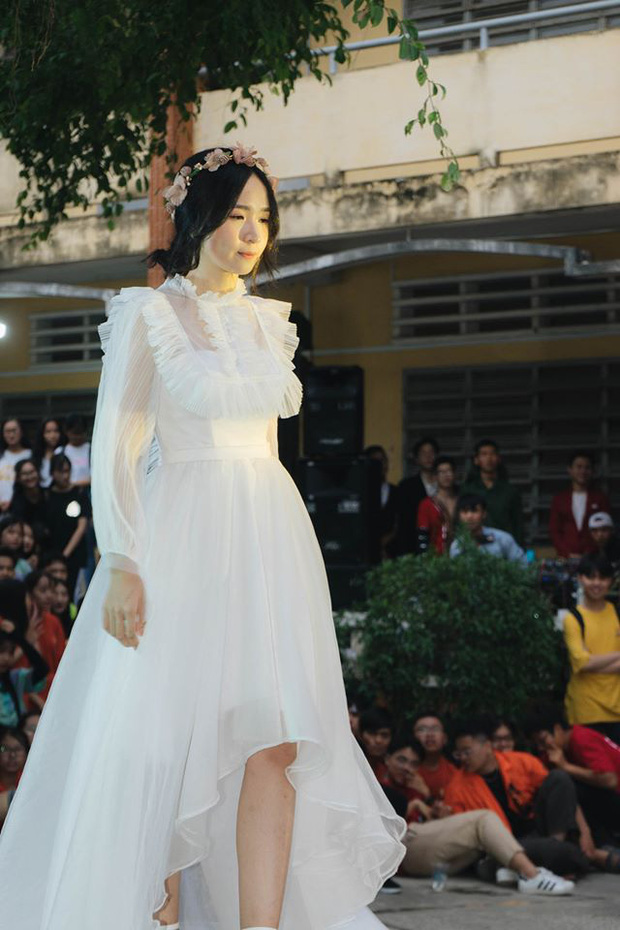 Diện váy trắng thi văn nghệ, nữ sinh Long An gây sốt với nhan sắc được ví như 'thần tiên tỉ tỉ' khiến cả trai lẫn gái đều mê tít - ảnh 2