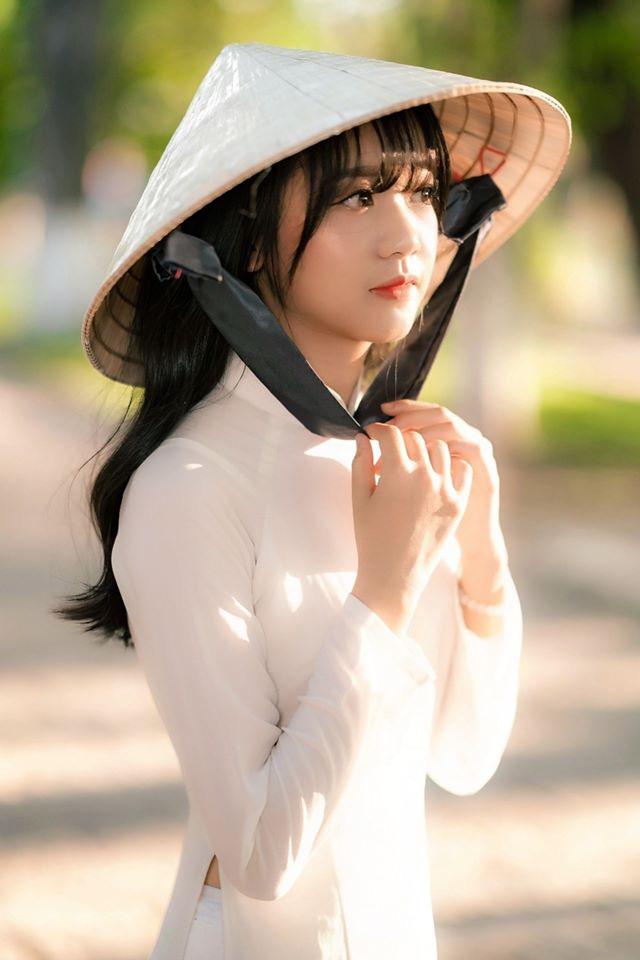 Đầu năm ngắm ảnh nữ sinh trong tà áo dài trắng, khuôn mặt trong các bức ảnh có điểm đặc biệt - Ảnh 1.
