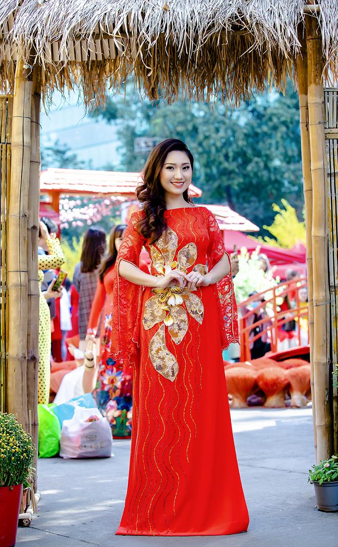 Cao Mỹ Kim xinh đẹp và quyến rũ trong tà áo dài - Ảnh 1.