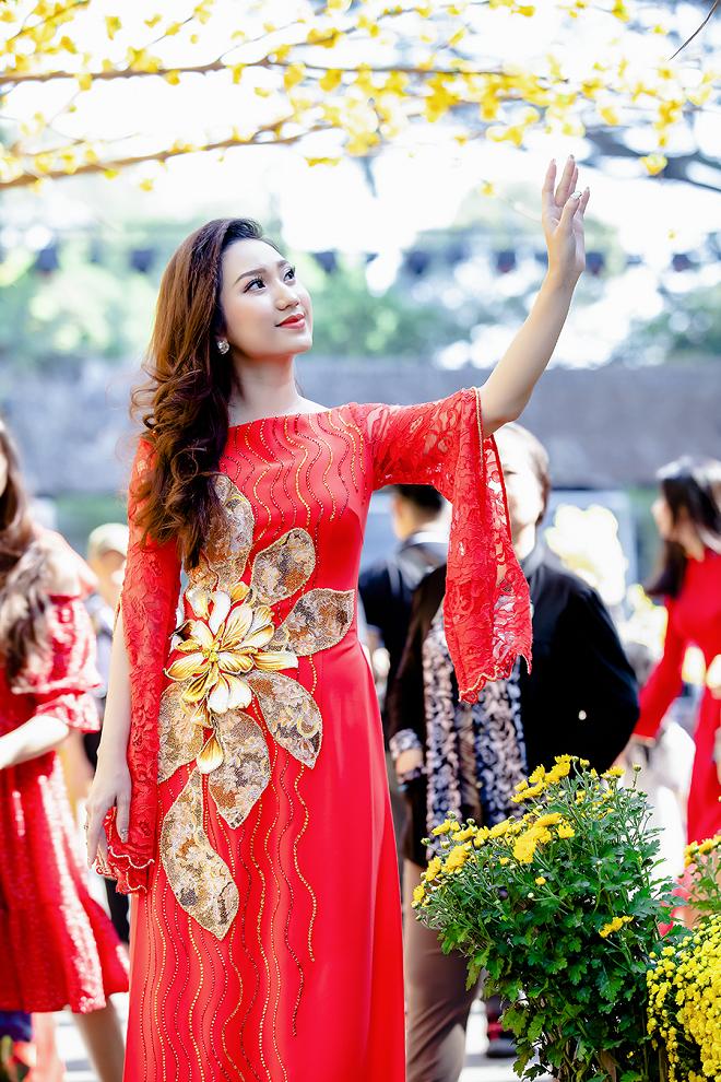 Cao Mỹ Kim xinh đẹp và quyến rũ trong tà áo dài - Ảnh 2.