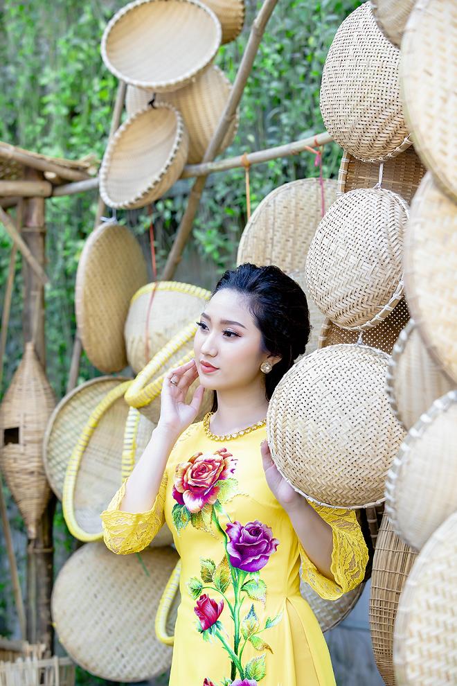 Cao Mỹ Kim xinh đẹp và quyến rũ trong tà áo dài - Ảnh 7.