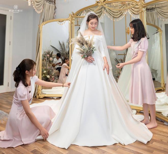 Văn Đức đưa Nhật Linh đi thử váy cưới, nhan sắc cô dâu không cần bàn cãi nhưng sao nhìn vòng eo trông cứ sai sai - Ảnh 1.
