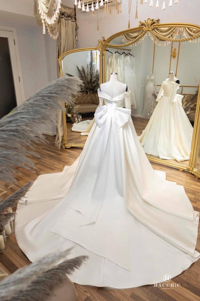 Văn Đức đưa Nhật Linh đi thử váy cưới, nhan sắc cô dâu không cần bàn cãi nhưng sao nhìn vòng eo trông cứ sai sai - Ảnh 2.
