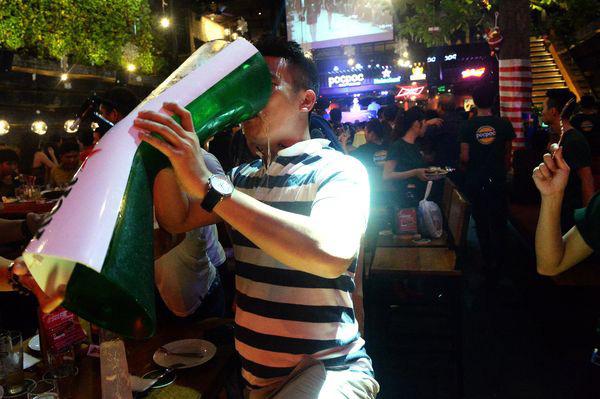 Bloomberg nói gì về việc Việt Nam cấm người sử dụng rượu bia lái xe? - Ảnh 1.