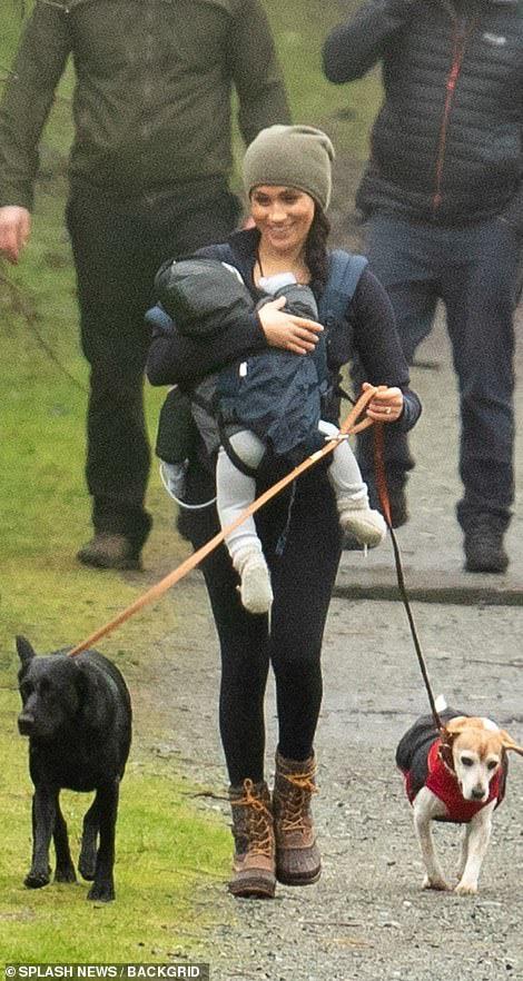 Meghan Markle lần đầu cho con trai lộ diện ở Canada khi dắt chó đi dạo, nhìn cách đứa trẻ được mẹ chăm sóc khiến ai cũng lo lắng - Ảnh 2.