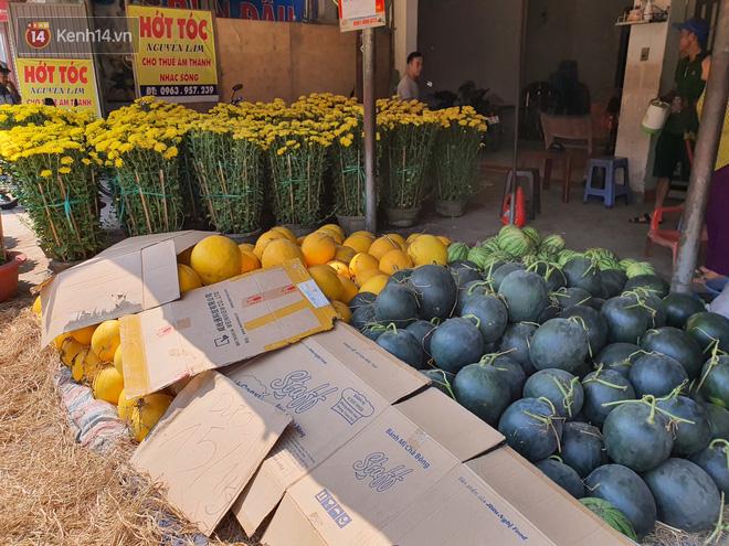 Chồng đột quỵ rồi mất trong lúc bán hoa Tết ở Sài Gòn, vợ cùng các con vội về đưa tang với hơn 2 tấn dưa còn nằm lại vỉa hè - Ảnh 11.