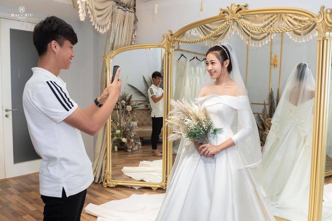 Văn Đức đưa Nhật Linh đi thử váy cưới, nhan sắc cô dâu không cần bàn cãi nhưng sao nhìn vòng eo trông cứ sai sai - Ảnh 4.