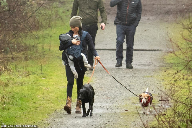 Meghan Markle lần đầu cho con trai lộ diện ở Canada khi dắt chó đi dạo, nhìn cách đứa trẻ được mẹ chăm sóc khiến ai cũng lo lắng - ảnh 4