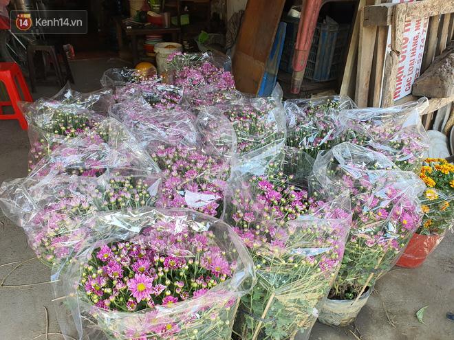 Chồng đột quỵ rồi mất trong lúc bán hoa Tết ở Sài Gòn, vợ cùng các con vội về đưa tang với hơn 2 tấn dưa còn nằm lại vỉa hè - Ảnh 5.