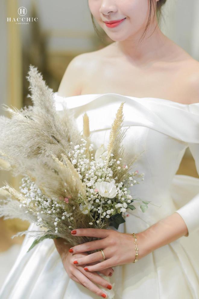 Văn Đức đưa Nhật Linh đi thử váy cưới, nhan sắc cô dâu không cần bàn cãi nhưng sao nhìn vòng eo trông cứ sai sai - Ảnh 6.