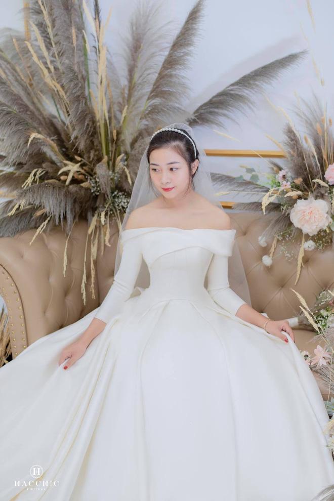 Văn Đức đưa Nhật Linh đi thử váy cưới, nhan sắc cô dâu không cần bàn cãi nhưng sao nhìn vòng eo trông cứ sai sai - Ảnh 7.