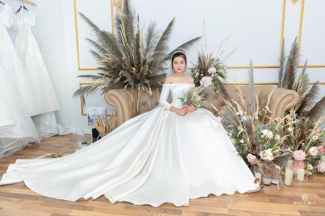 Văn Đức đưa Nhật Linh đi thử váy cưới, nhan sắc cô dâu không cần bàn cãi nhưng sao nhìn vòng eo trông cứ sai sai - Ảnh 8.