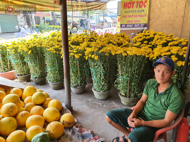 Chồng đột quỵ rồi mất trong lúc bán hoa Tết ở Sài Gòn, vợ cùng các con vội về đưa tang với hơn 2 tấn dưa còn nằm lại vỉa hè - Ảnh 8.