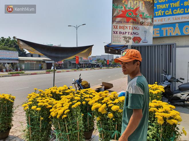 Chồng đột quỵ rồi mất trong lúc bán hoa Tết ở Sài Gòn, vợ cùng các con vội về đưa tang với hơn 2 tấn dưa còn nằm lại vỉa hè - Ảnh 9.