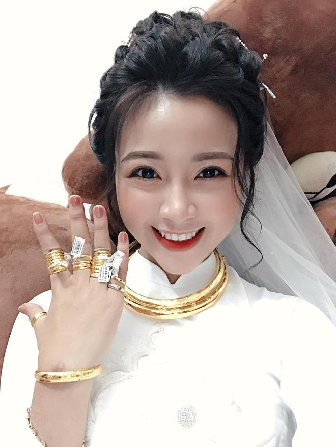 Hoá ra bạn gái tin đồn của Quang Hải và vợ Văn Đức lại là chị chị em em thân thiết - Ảnh 1.
