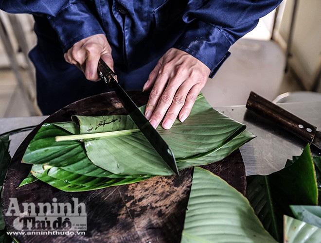 Những chiếc bánh chưng được gói bởi bàn tay thô ráp của chiến sỹ PCCC Thủ đô - Ảnh 2.