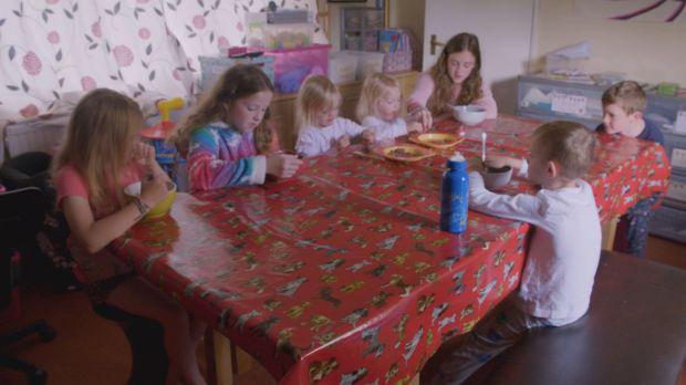 Gia đình 11 con tiết lộ cuộc sống thường ngày: Giờ ăn là giờ áp lực cao, hiếm khi ra ngoài chơi vì mất... 3 giờ chuẩn bị - Ảnh 2.