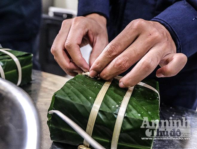 Những chiếc bánh chưng được gói bởi bàn tay thô ráp của chiến sỹ PCCC Thủ đô - Ảnh 11.