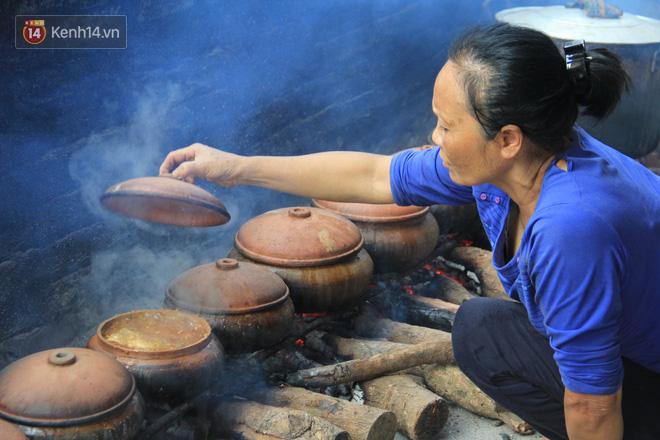 Người làng Vũ Đại đeo mặt nạ, xuyên đêm nấu cá kho bạc triệu phục vụ Tết cổ truyền - Ảnh 15.
