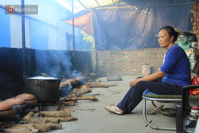 Người làng Vũ Đại đeo mặt nạ, xuyên đêm nấu cá kho bạc triệu phục vụ Tết cổ truyền - Ảnh 17.
