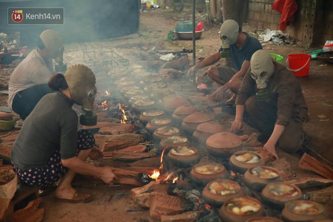 Người làng Vũ Đại đeo mặt nạ, xuyên đêm nấu cá kho bạc triệu phục vụ Tết cổ truyền - Ảnh 18.