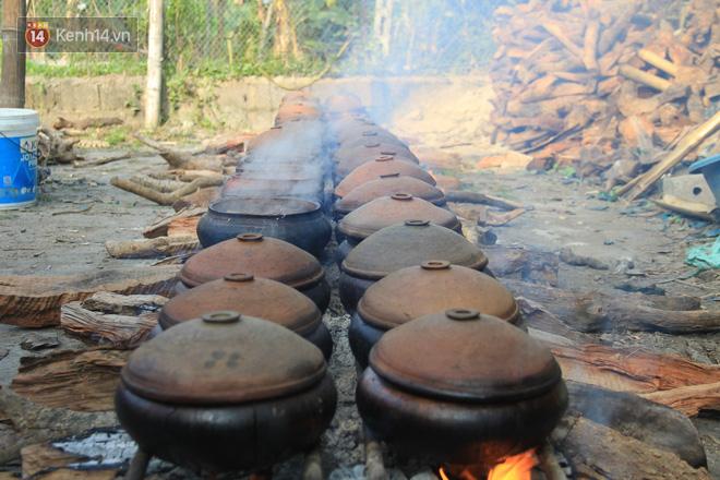 Người làng Vũ Đại đeo mặt nạ, xuyên đêm nấu cá kho bạc triệu phục vụ Tết cổ truyền - Ảnh 3.