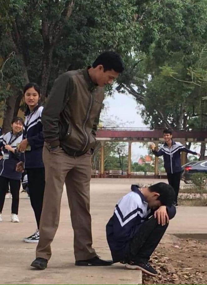 28 Tết vẫn phải đi học lại còn kiểm tra 15 phút, cậu học trò suy sụp ôm đầu ngồi khóc trong cái nhìn đầy thương cảm của thầy giáo - Ảnh 3.