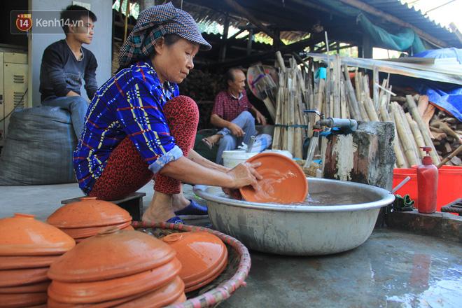 Người làng Vũ Đại đeo mặt nạ, xuyên đêm nấu cá kho bạc triệu phục vụ Tết cổ truyền - Ảnh 7.