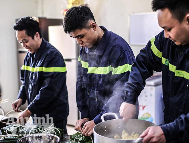 Những chiếc bánh chưng được gói bởi bàn tay thô ráp của chiến sỹ PCCC Thủ đô - Ảnh 8.
