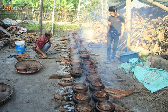 Người làng Vũ Đại đeo mặt nạ, xuyên đêm nấu cá kho bạc triệu phục vụ Tết cổ truyền - Ảnh 1.