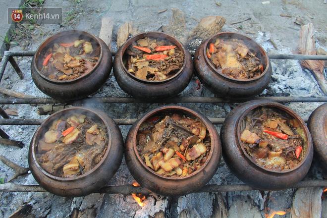 Người làng Vũ Đại đeo mặt nạ, xuyên đêm nấu cá kho bạc triệu phục vụ Tết cổ truyền - Ảnh 2.