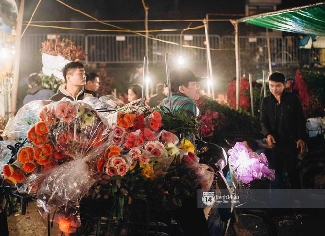Sáng sớm cuối năm ở chợ hoa hot nhất Hà Nội: người qua kẻ lại tấp nập suốt cả đêm, nhiều bạn trẻ cũng lặn lội dậy sớm đi mua hoa - Ảnh 2.