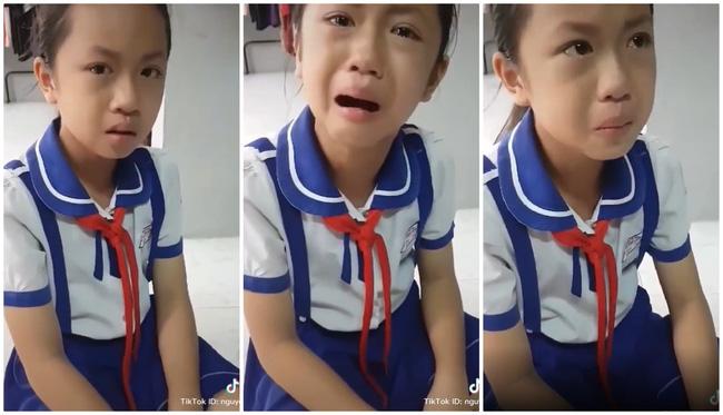 Bị thầy giáo đánh đòn, cô bé tiểu học khóc nức nở đưa ra lý lẽ đanh thép, nhưng sự thật khiến người mẹ cũng phì cười - Ảnh 2.
