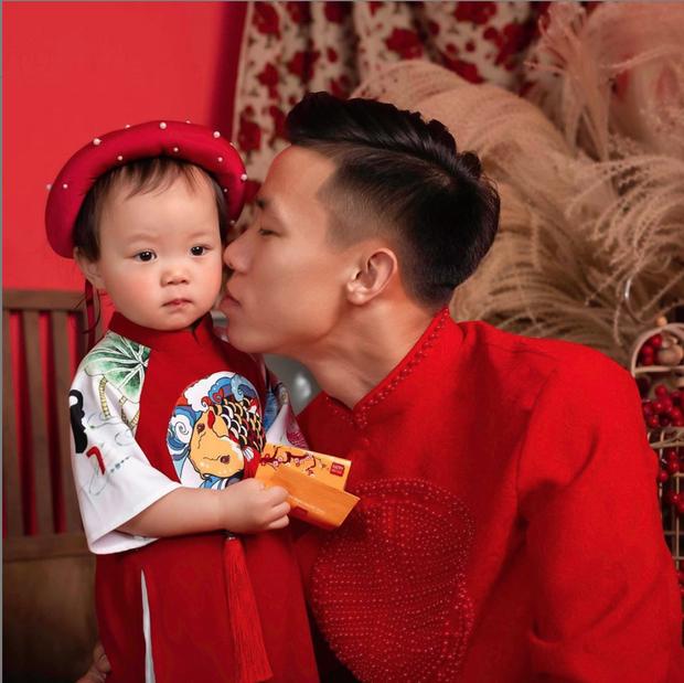 Quế Ngọc Hải cùng vợ xúng xính diện áo dài đỏ đón Tết, con gái nhỏ vẫn chiếm spotlight với biểu cảm ngơ ngác đáng yêu - Ảnh 2.
