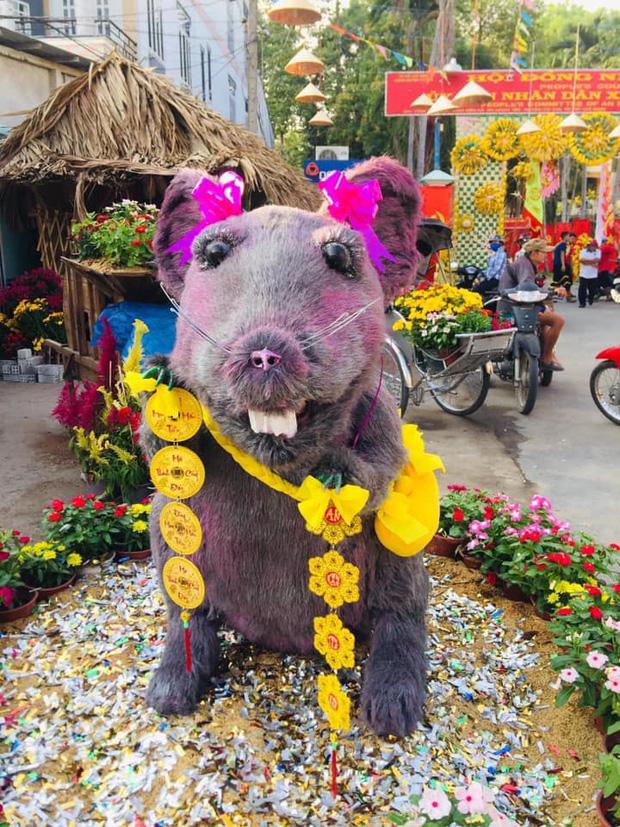 Linh vật chuột mình đầy lông lá ở Củ Chi 'biến hình' thành nàng công chúa khiến dân mạng 'té ngửa': Đánh má hồng, gắn răng thỏ, đeo nơ baby - ảnh 1