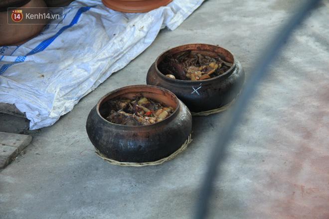Người làng Vũ Đại đeo mặt nạ, xuyên đêm nấu cá kho bạc triệu phục vụ Tết cổ truyền - Ảnh 13.