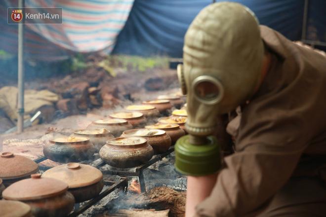 Người làng Vũ Đại đeo mặt nạ, xuyên đêm nấu cá kho bạc triệu phục vụ Tết cổ truyền - Ảnh 20.