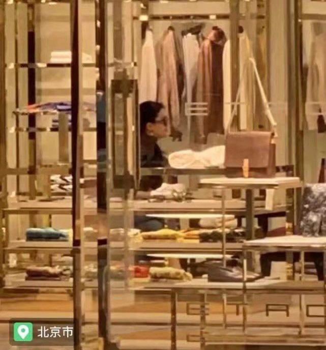 """Lưu Diệc Phi gây thất vọng khi lộ thân hình """"khúc nào ra khúc nấy"""" lúc đi mua sắm - ảnh 3"""