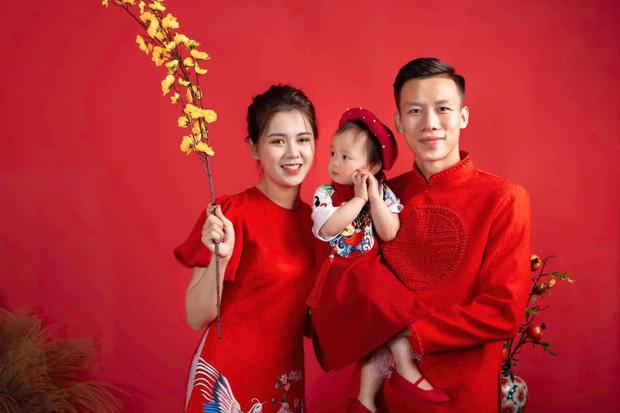 Quế Ngọc Hải cùng vợ xúng xính diện áo dài đỏ đón Tết, con gái nhỏ vẫn chiếm spotlight với biểu cảm ngơ ngác đáng yêu - Ảnh 3.